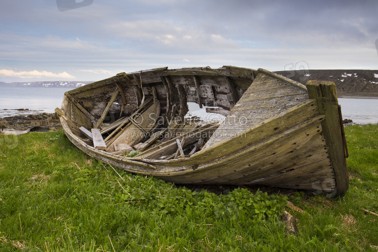 Vecchia barca, paesaggio ad hamningberg (norvegia)